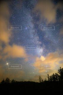 晴れ間と天の川の写真・画像素材[1525172]