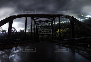川に架かる橋と工事現場夜景の写真・画像素材[1525175]