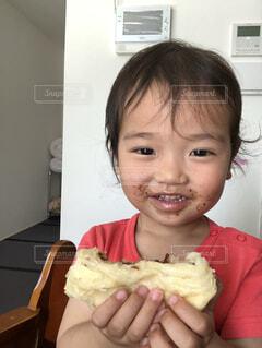 パンを食べる息子の写真・画像素材[1525837]