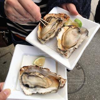 牡蠣を食べ歩きの写真・画像素材[2674904]