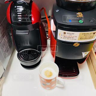 テーブルの上にコーヒーを一杯入れるの写真・画像素材[3138979]