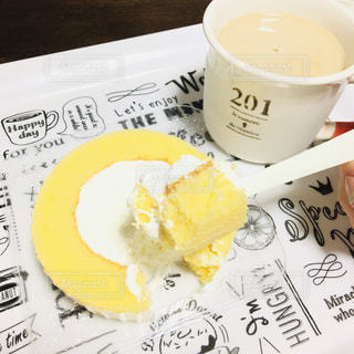 ロールケーキとコーヒーの写真・画像素材[3272045]