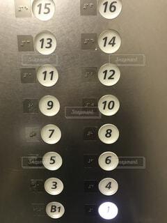 エレベーターのボタンを押すの写真・画像素材[1529174]