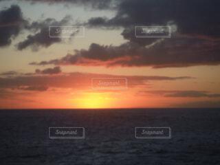 水の体に沈む夕日の写真・画像素材[1535315]