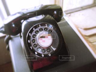 テーブルの上の電話の写真・画像素材[1535849]