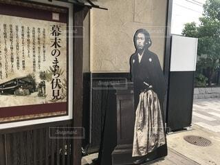 建物の前に坂本龍馬の立っています。の写真・画像素材[1608142]