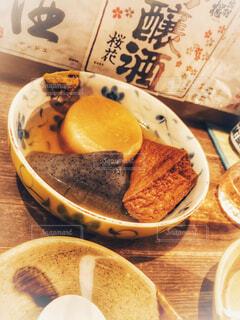 板の上に食べ物のボウルの写真・画像素材[1627607]