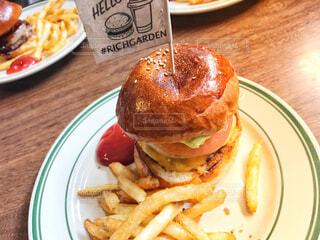 テーブルの上に食べ物のプレートの写真・画像素材[1636008]