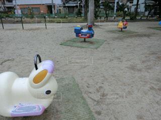 ビーチに座っている小さな子供の写真・画像素材[1688214]
