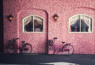 れんが造りの建物の前に自転車止めてください。の写真・画像素材[1731308]