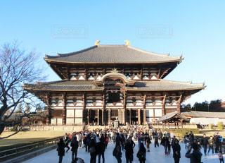 奈良東大寺の前に立っている人々 のグループの写真・画像素材[1738989]