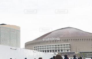 建物の前に立っている人々 のグループの写真・画像素材[1739009]