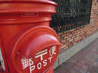 建物の側に座っている赤い消火栓の写真・画像素材[1740742]