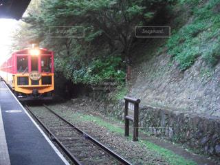 下り列車を走行する列車は森の近く追跡します。の写真・画像素材[1740816]