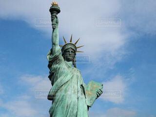 バック グラウンドで自由の女神像と、人の像の写真・画像素材[1758446]