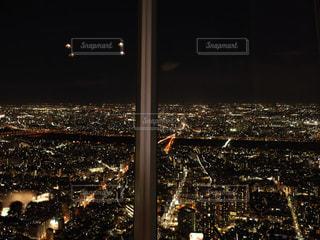 夜のライトアップされた街の写真・画像素材[1758562]