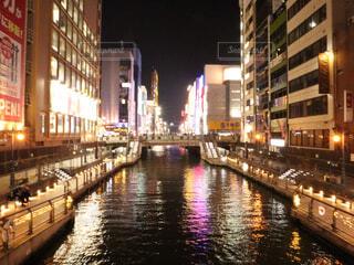 街を流れる川は夜のトラフィックでいっぱいの写真・画像素材[1767364]