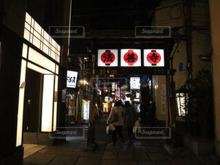 店の前の通りを歩く人々 のグループの写真・画像素材[1767370]