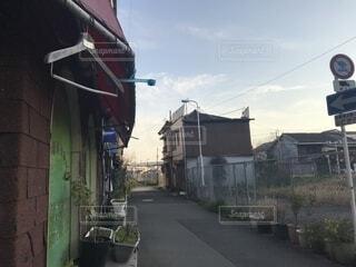 建物の隣に道を歩いている人の写真・画像素材[1809038]