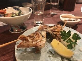 テーブルの上に食べ物のプレートの写真・画像素材[1864167]