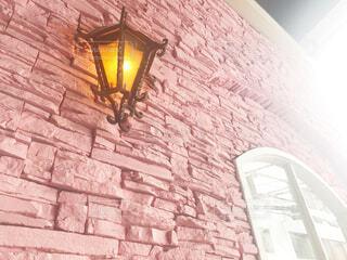 れんが造りの壁の隣に座ってトラフィック ライトの写真・画像素材[1873708]