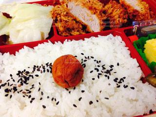 食品のプラスチック容器に赤と白ご飯の写真・画像素材[1874059]