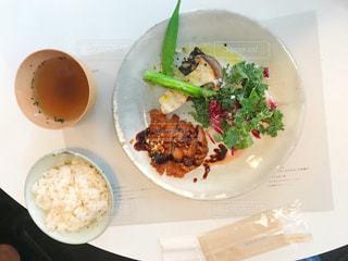 皿のご飯肉と野菜料理の写真・画像素材[2078665]