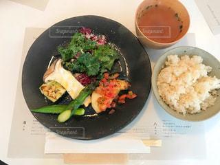 板の上に食べ物のボウルの写真・画像素材[2078669]