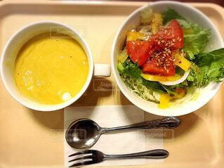 スープとテーブル スプーンのボウルの写真・画像素材[2079102]