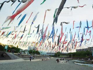 凧を空中で飛ばす人々のグループの写真・画像素材[2089240]