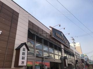 建物の横の看板の写真・画像素材[2179830]