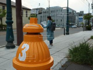 通りの側面に座っている黄色い消火栓の写真・画像素材[2179894]