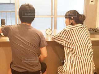 窓の前に立っている男の写真・画像素材[2186908]