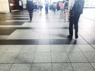 タイル張りの床を歩く人々のグループの写真・画像素材[2266164]