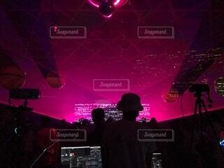 舞台でトリックをしている男の写真・画像素材[2274204]