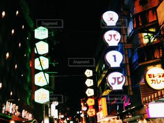 夜にライトアップされた街の写真・画像素材[2276104]