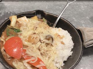 皿の上の食べ物のボウルの写真・画像素材[2281942]