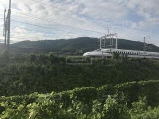 草の生んだ丘の上にある列車の写真・画像素材[2290580]
