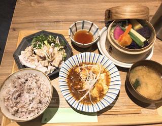 木製のテーブルの上の食べ物のボウルの写真・画像素材[2293595]