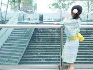 建物の前に立っている人の像の写真・画像素材[2306598]