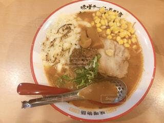 皿の上の食べ物のボウルの写真・画像素材[2318079]