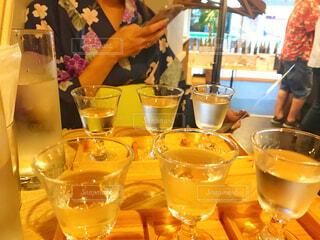 ワイングラスを持ってテーブルに座っている人の写真・画像素材[2335255]