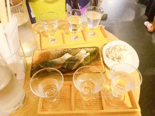 テーブルの上でコーヒーを一杯飲むの写真・画像素材[2335265]
