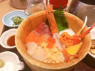 テーブルの上の食べ物の皿の写真・画像素材[2406114]
