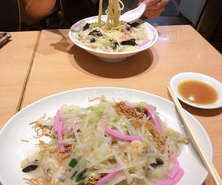 テーブルの上の食べ物の皿の写真・画像素材[2425076]