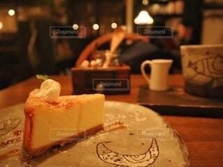 テーブルの上に座っているケーキの写真・画像素材[2694355]