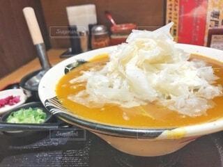 皿の上の食べ物のボウルの写真・画像素材[2701887]