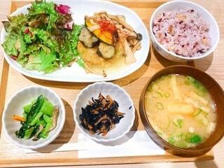 木製のテーブルの上の皿の上の異なる種類の食べ物の束の写真・画像素材[2762487]
