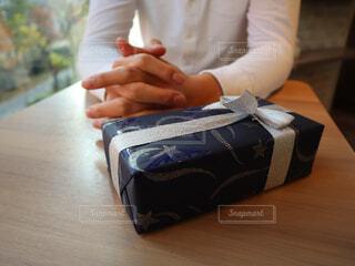 荷物を持つ人の写真・画像素材[2807535]