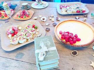 テーブルの上の食べ物の皿の写真・画像素材[2807652]